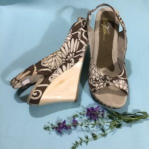 Very Volatile brown & cream floral wedges sz 9
